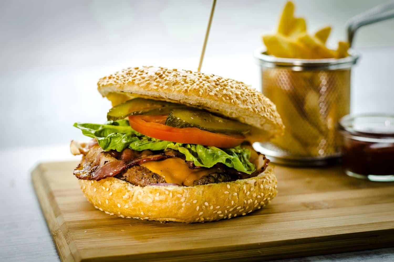 Miejsce Burger-z-wołowiny-Hereford.-Aromatyczny-burger-z-dwoma-sosami-do-wyboru